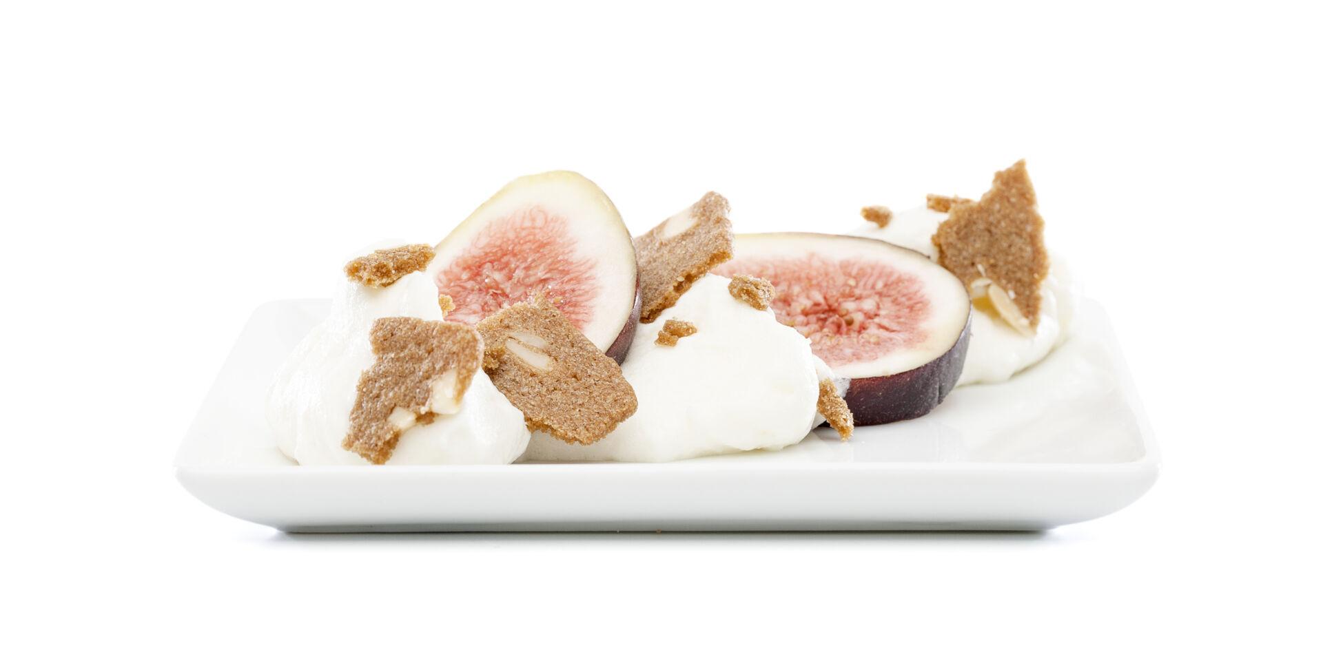 Biscuits amandes mousse au chocolat figues assiette